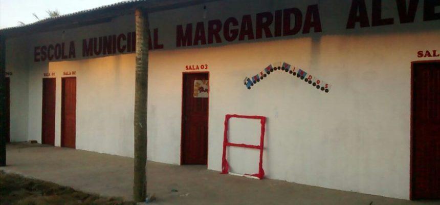Escola é construída por assentados na Bahia