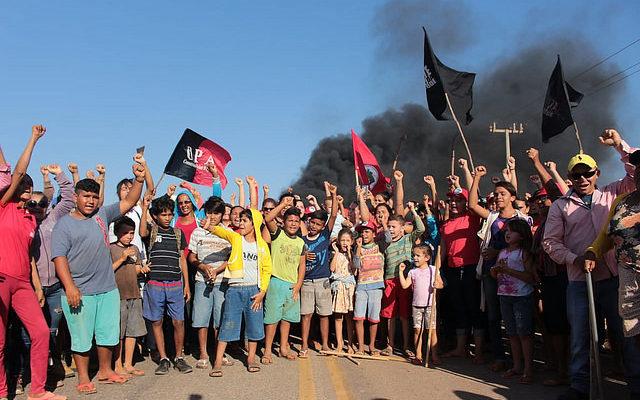 Cercados pela PM, agricultores resistem ao despejo de 150 famílias em Limoeiro (CE)
