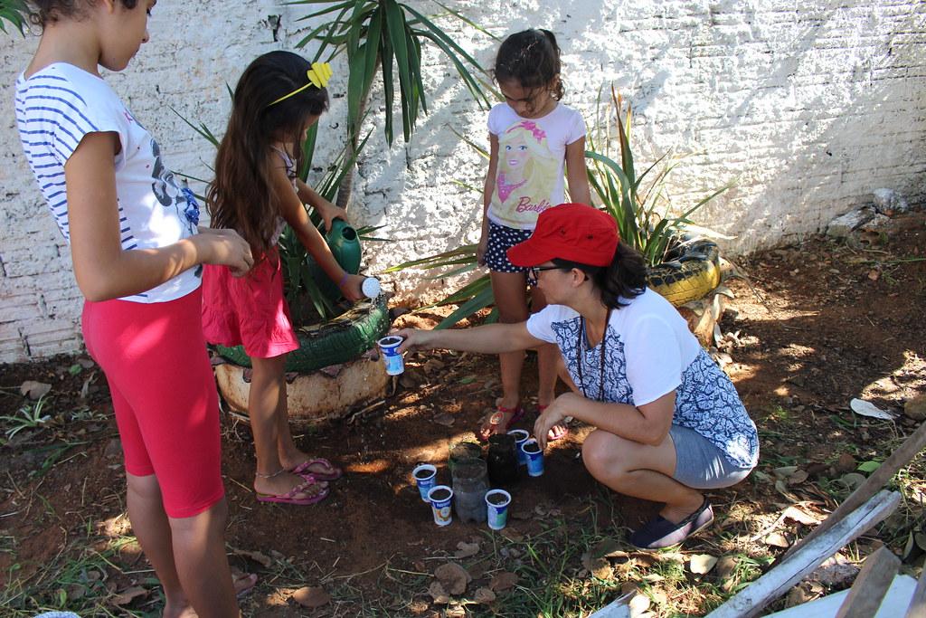 Crianças aprendendo a plantar sementes. Associação de moredores. Foto - Maiara Rauber.JPG