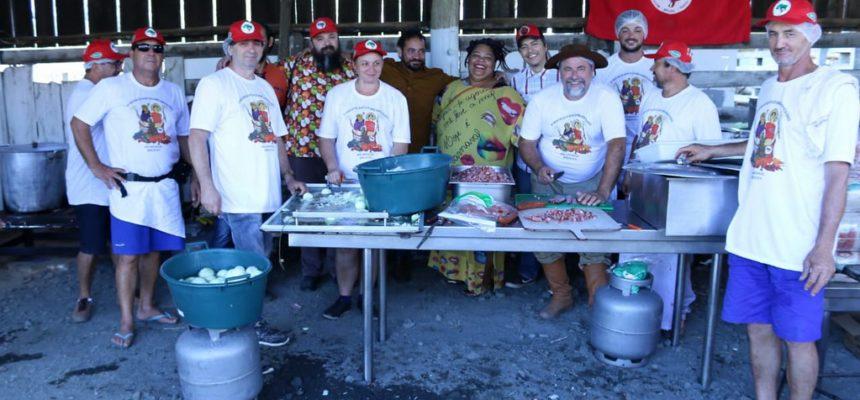 Chefes de cozinha e representantes de prefeituras conhecem produção orgânica do MST