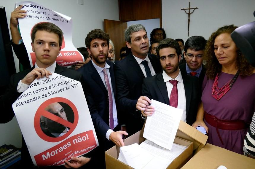 Estudantes, parlamentares e organizações entregam abaixo-assinado contra a nomeação de Alexandre. Foto Roque Sá Agência Senado.jpg