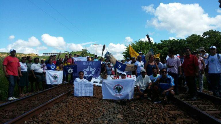 Atingidos pela Samarco ocupam linha da Vale no ES