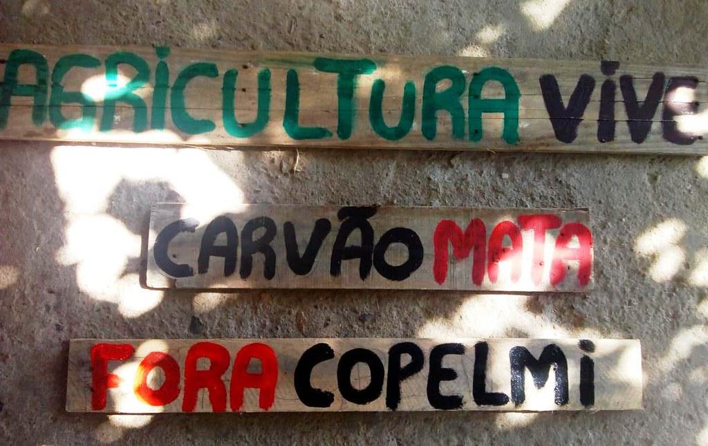 Placas de madeira no assentamento reforçam a rejeição das famílias em relação ao projeto da Copelmi. Foto – Divulgação.jpg