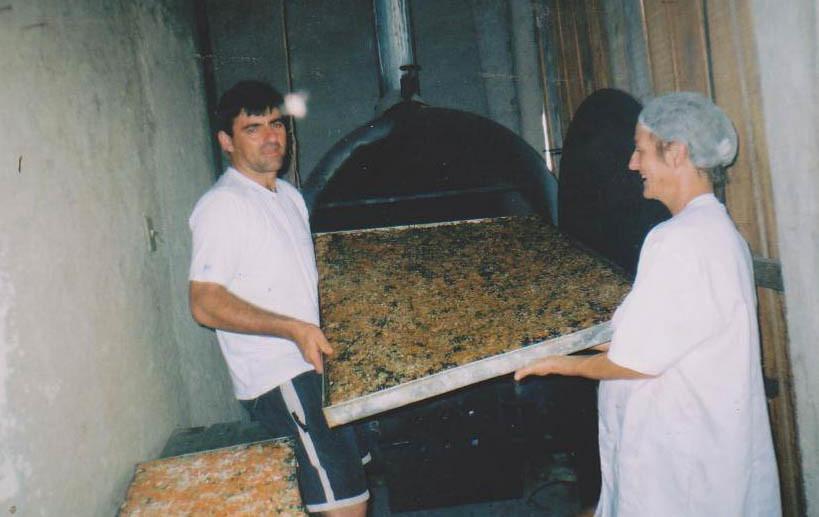 As primeiras produções eram feitas nas varandas das próprias casas. Foto arquivo Cooperativa Pão da Terra 8.jpg