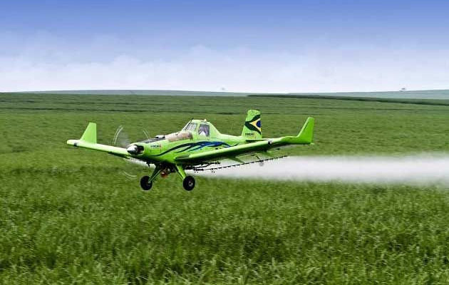 Governador do Ceará sanciona lei que proíbe pulverização aérea nas lavouras do estado