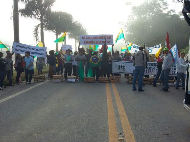 Trabalhadores do campo fecham as duas BR do Espírito Santo contra a reforma da Previdência
