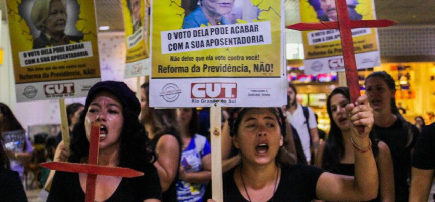 Mulheres protestam contra a Reforma da Previdência no aeroporto de Porto Alegre