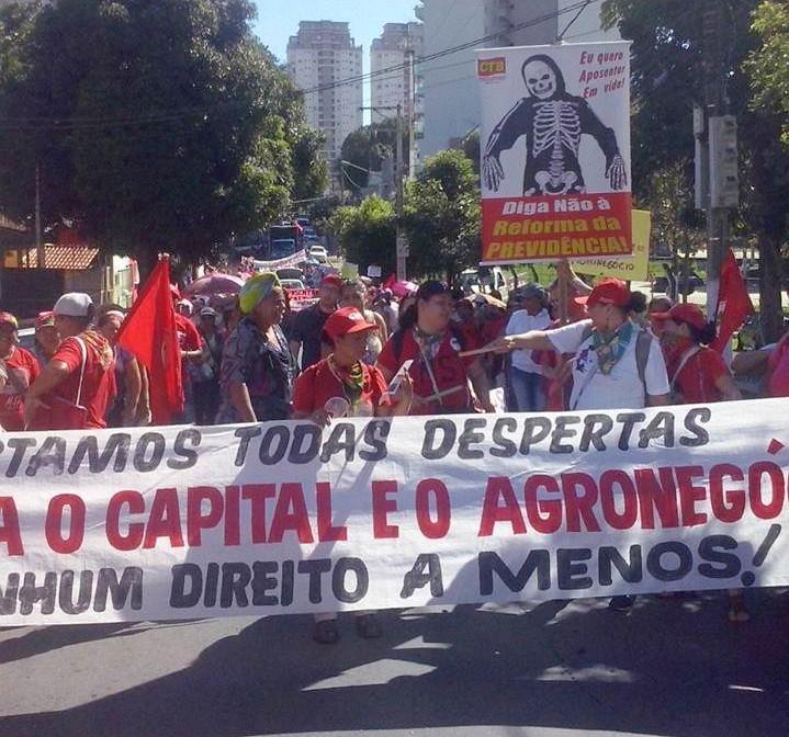 mulheres camponesas em marcha defendem direitos sociais