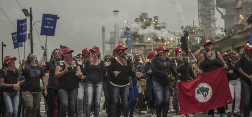 Camponesas ocupam fazenda de Eike e mobilizam 40 mil em todo o país