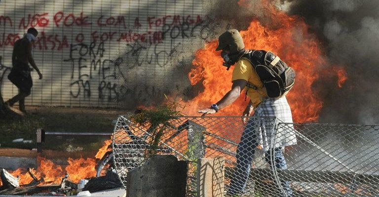 Mídia vandaliza cobertura de ato e legitima uso de Exército por Temer