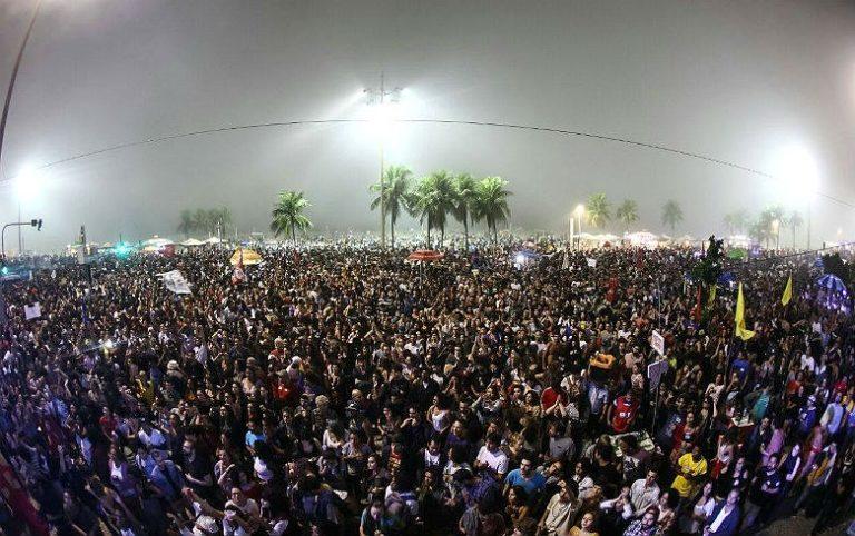 150 mil pessoas lotam praia de Copacabana em ato histórico por Diretas Já!