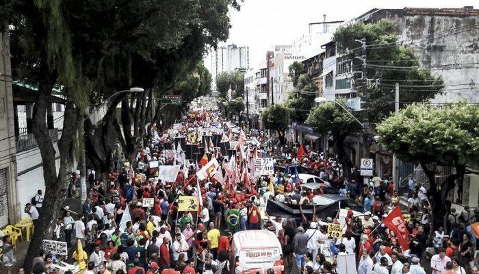 Em Salvador, 30 mil pessoas marcham contra as reformas do governo Temer