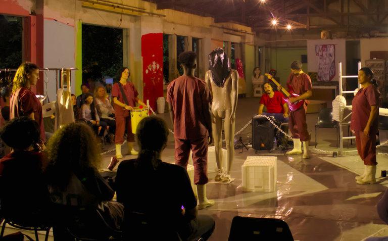 Cia. Estudo de Cena apresenta 'A farsa da justiça' em ocupação urbana do interior de São Paulo