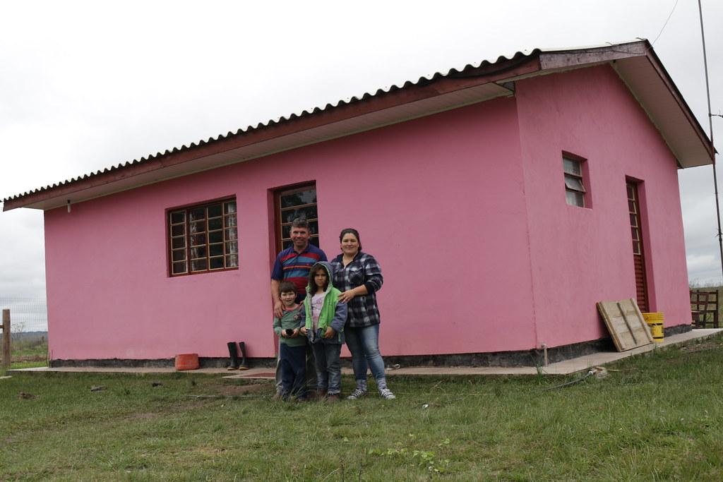 Leonice e sua família em frente à casa nova. Foto Catiana de Medeiros.JPG