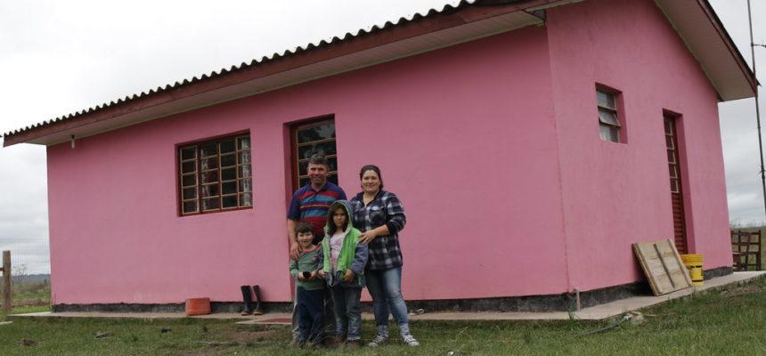 Famílias assentadas comemoram conclusão de 150 casas em São Gabriel, no Rio Grande do Sul