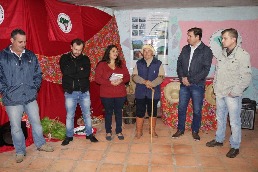 Dona Maria de Lourdes (terceira pessoa na foto, da direita para a esquerda) foi contemplada com o projeto de habitação rural..JPG