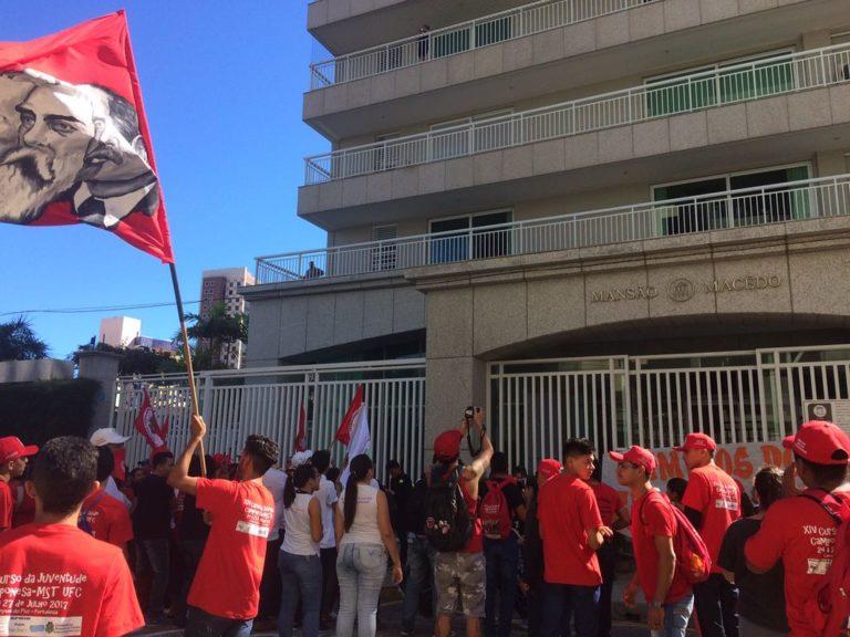 Juventude faz escracho em frente a casa de Eunício Oliveira no Ceará