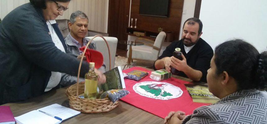 MST é recebido pelo bispo Dom Arnaldo Carvalheiro, em Itapeva (SP)
