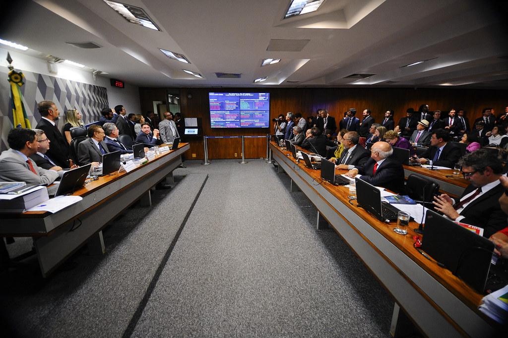 Senadores aguardam o resultado final da votação na CCJ. Foto Marcos Oliveira Agência Senado.jpg