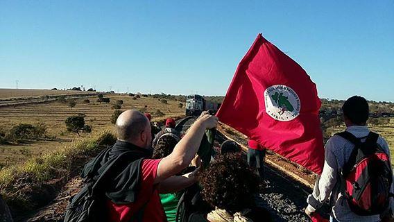 Sem Terra ocupam os trilhos da ferrovia Ferronorte em Rondonópolis, Mato Grosso