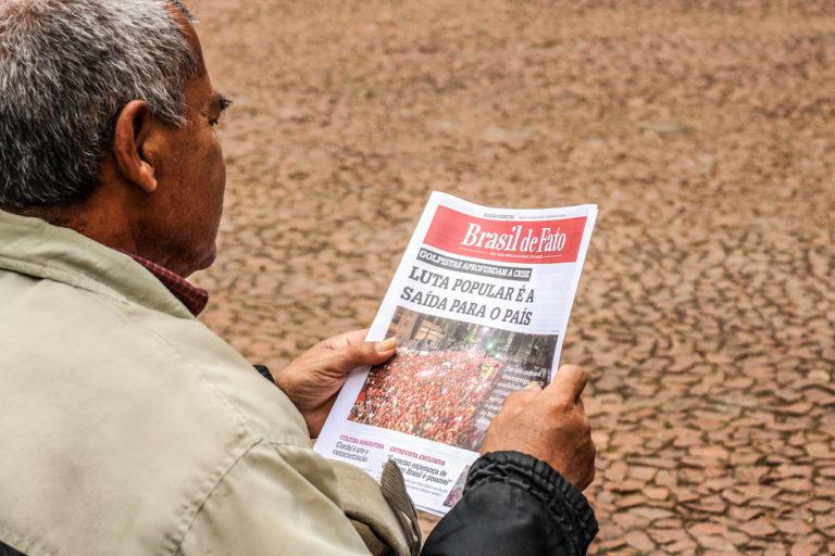 Frente Brasil Popular entrega jornal sobre conjuntura brasileira