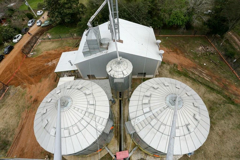 Silos têm capacidade para receber, secar e armazenar grãos. Foto Caco Argemi.jpeg