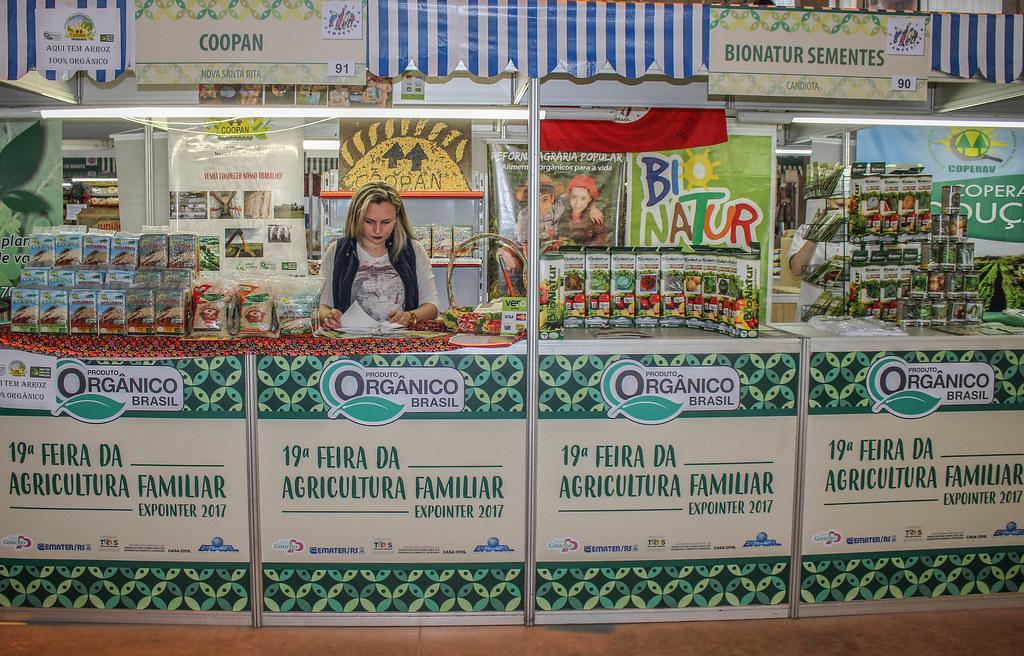 A jovem Bruna afirma que divulgar a produção dos assentamentos da Reforma Agrária é o grande objetivo da Coopan ao participar da Expointer .jpg