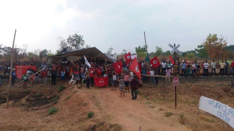 Camponeses ocupam ferrovia no Tocantins