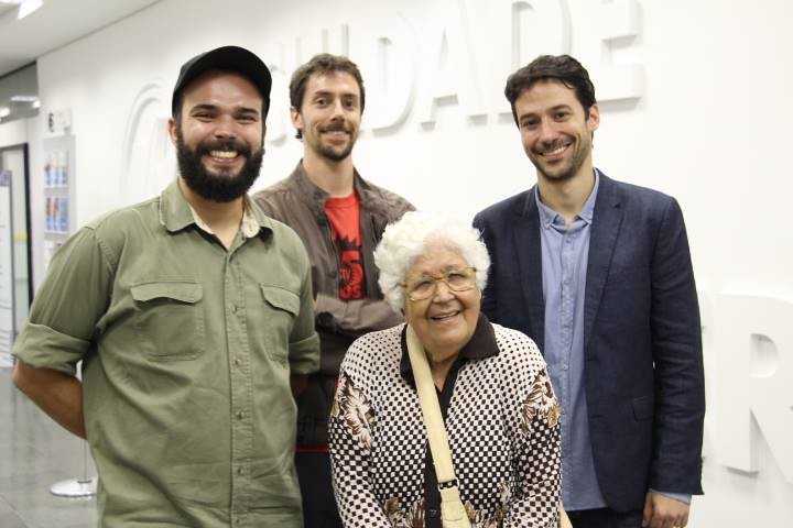Equipe do filme junto à jornalista Helle Alves.jpg