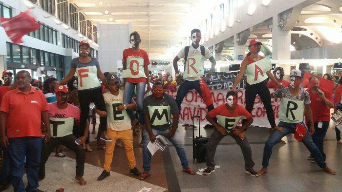 Sindicato dos Aeroviários e MST realizam protesto no Aeroporto de Salvador
