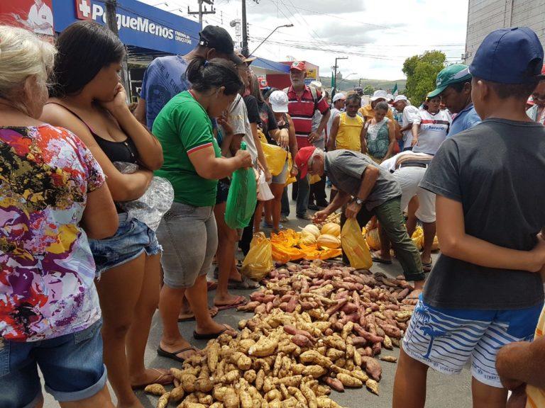 Sem Terra distribuem toneladas de alimentos em União dos Palmares