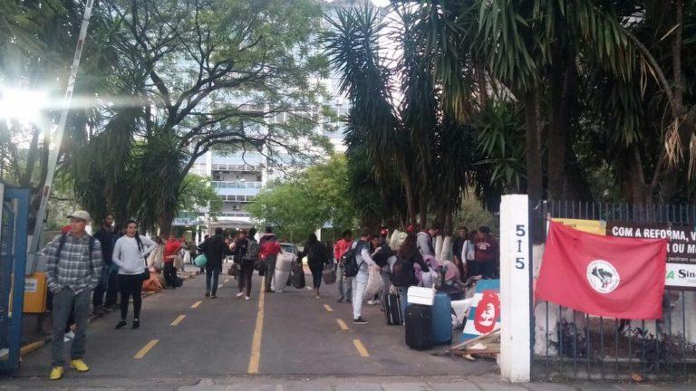MST desocupa pátio do Incra em Porto Alegre