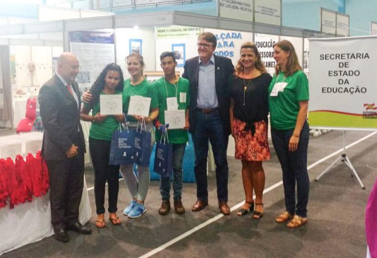 Escola do MST recebe prêmio em feira de ciência e tecnologia em Santa Catarina