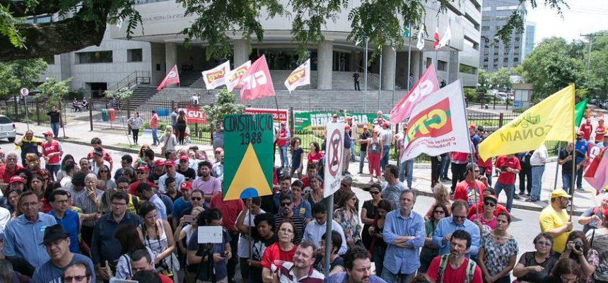 Em ato diante do TRF4, juristas defendem que processo contra Lula é 'eivado de injustiças'