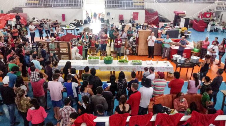Camponeses despejados comemoram Natal em ginásio de esportes