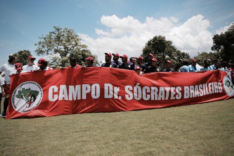 MST inaugura campo de futebol com homenagem a Sócrates Brasileiro