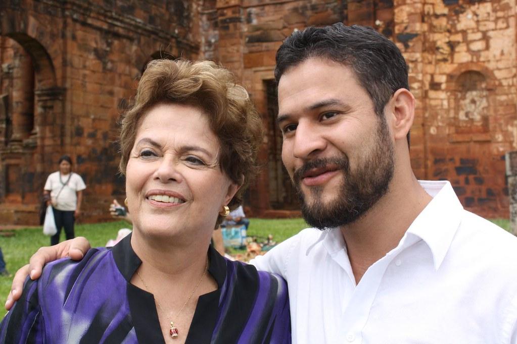 Tiaraju e a ex-presidente Dilma Rousseff. Atualmente, ele é supervisor do programa Mais Médicos, criado na então gestão da petista.jpg