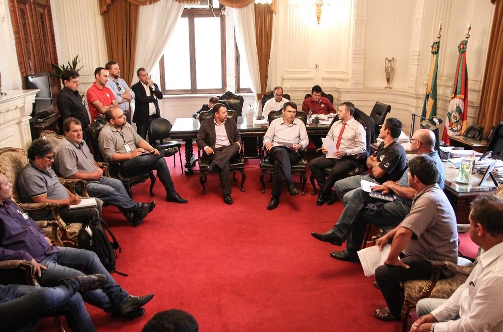 Pequenos agricultores, prefeitos e assentados se reuniram com Chefe da Casa Civil do governo Sartori para tratar sobre o assunto. Foto- Thiago Köche.jpeg