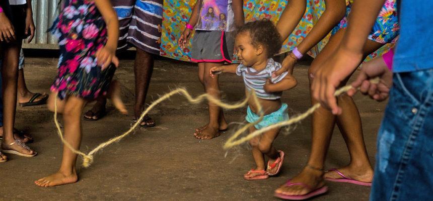 Dividir o trabalho e formar as crianças: a ciranda no FAMA
