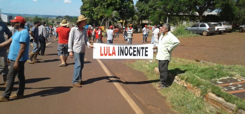 Trabalhadores Sem Terra trancam cinco rodovias no Paraná