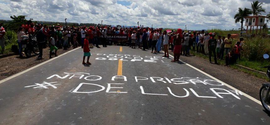 Rodovias são paralisadas na Bahia em defesa de Lula
