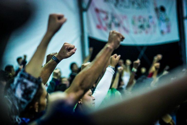 Movimentos protestam nesta segunda-feira em frente ao prédio da Petrobras em São Paulo