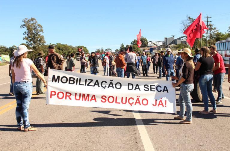 Via Campesina faz marcha e cobra solução para problemas da estiagem na região Sul do RS