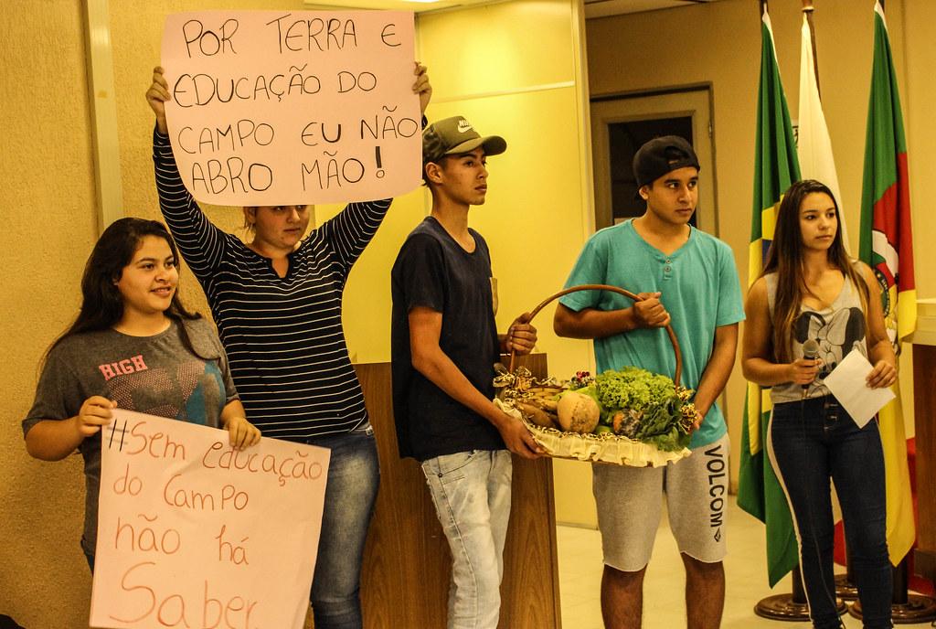 Estudantes também acompanharam o seminário e defenderam a educação do campo.jpg