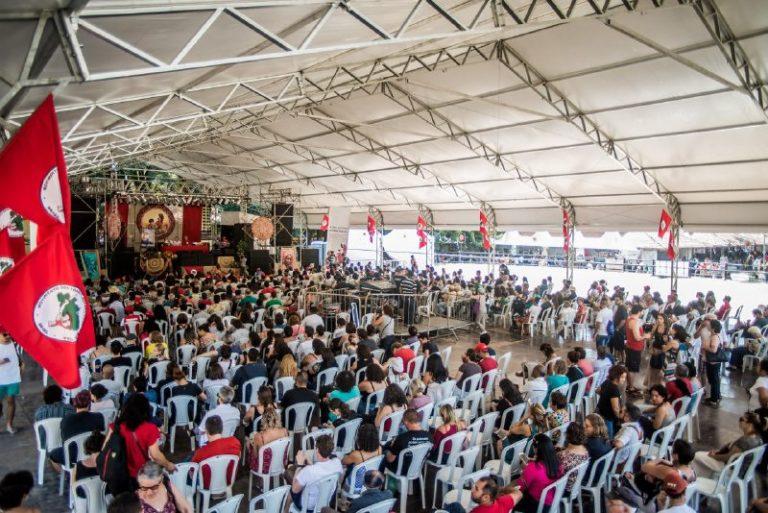 Feira do MST reúne milhares em conferência sobre alimentação saudável