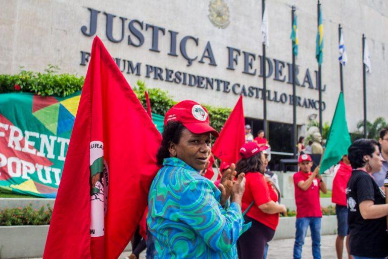 militância ocupa Praça da Justiça em defesa do Lula