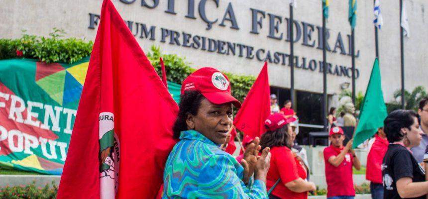 Em Fortaleza, militância ocupa Praça da Justiça em defesa do Lula