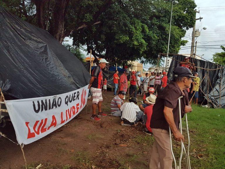 Sem Terra montam acampamento no centro de Maceió