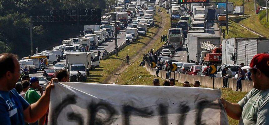 Contra intervenção militar, Frente Brasil Popular e Povo Sem Medo se posicionam em defesa da Greve dos Caminhoneiros