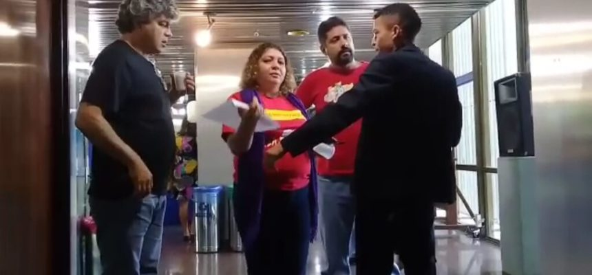 Representantes da sociedade civil são barrados no Planalto por utilizarem camiseta Lula Livre e cocar